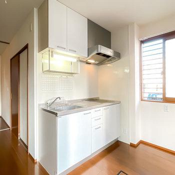 キッチンは水切りラック付き。冷蔵庫は窓側に置くのが良さそう。
