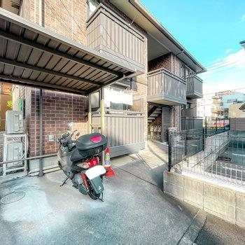 敷地内には屋根付きの駐輪場兼二輪駐車場が。