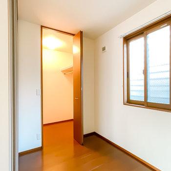 洋室は約3帖とコンパクトなので寝室に。奥にはウォークインクローゼットも!