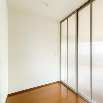 洋室を仕切る引き戸は半透明なので、閉めても明るく開放感が残ります。