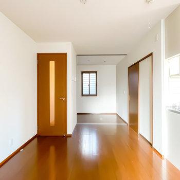 窓の対面には洋室も。こちらも窓付きで三面採光になっているんです!