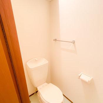 トイレはシンプルですがウォシュレットの後付けが可能です。