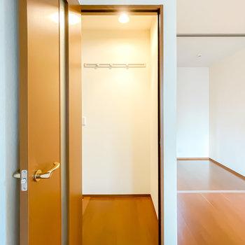 玄関に出て正面にはコートフック付き。