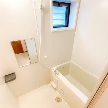 お風呂は小窓付きで換気がしやすく、さらに雨の日に嬉しい浴室乾燥機付き◎
