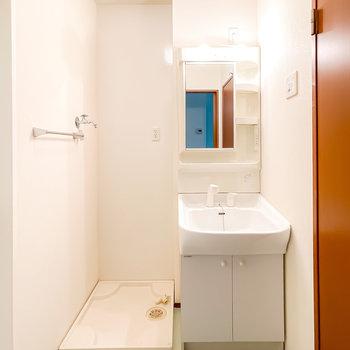 鏡が少し大きめのシャンプードレッサー仕様の洗面台です。