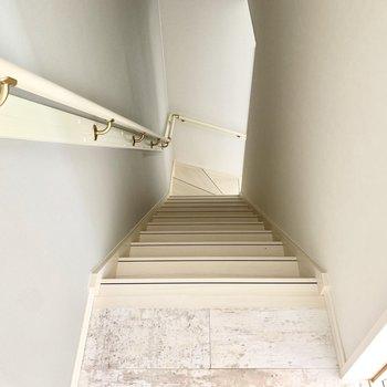 階段を降りて1階へ。(※写真は清掃前のものです)