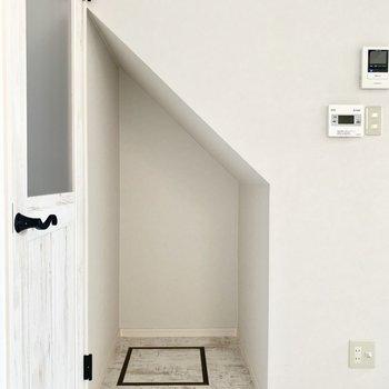 階段下収納も活用できますよ◎ (※写真は清掃前のものです)