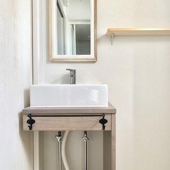 デザイン洗面台にもトキメキ。鏡に写った表情はにっこりスマイル!(※写真は清掃前のものです)