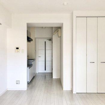 キッチンと洋室は、やんわり区切られているよう〇(※写真は清掃前のものです)