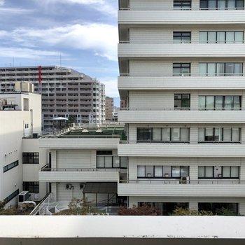 眺望は7階。道路を挟んでマンションビューです。