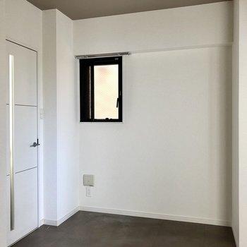 玄関側の約5.0帖の洋室。ダークなフロアタイルでピリリと大人め。(※写真は清掃前のものです)