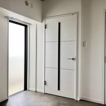こちらにも窓が!扉の先は玄関です。(※写真は清掃前のものです)