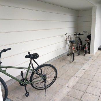 玄関前に屋根付きの駐輪スペースありました!