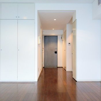 居室からキッチンは見えにくいから、ワンルームだけどスッキリとした印象。(※写真は4階同間取り別部屋のものです)