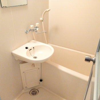 お風呂は2点ユニット。歯磨きはここで。(※写真は4階同間取り別部屋のものです)