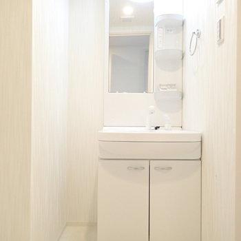洗面台のとなりに細い収納を置けそう!(※写真は6階の同間取り別部屋のものです)