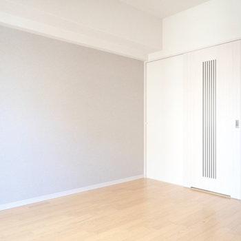 扉の縞模様がさりげなく和風。(※写真は6階の同間取り別部屋のものです)
