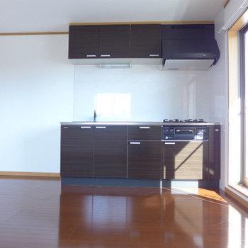明るいシステムキッチンがお気に入り♪(※写真は3階の似た間取り角部屋のものです)