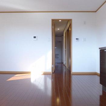 バルコニー側からの眺め。明るい!(※写真は3階の似た間取り別部屋のものです)