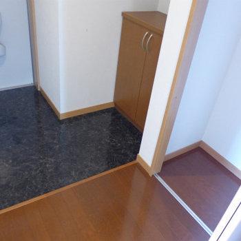 玄関にはシューズボックスと物置も。(※写真は3階の似た間取り角部屋のものです)