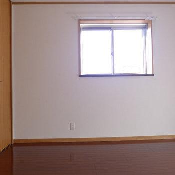 玄関側の洋室は5.5畳。窓があって明るいです!(※写真は3階の似た間取り角部屋のものです)(※実際は窓の位置が異なります)