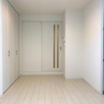 【洋室①】お部屋向きが南向きなので、日当たりは良好◎