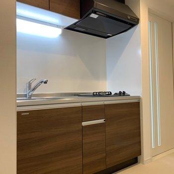 キッチンの木目のタイルのデザインが、お部屋前のワンポイントに