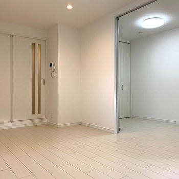 【洋室①】白さを基本とした清楚さを感じる空間。