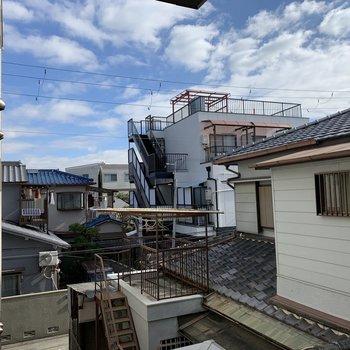 眺望は周辺の住宅。空が綺麗〜。