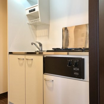 コンパクトなキッチン。隣に冷蔵庫が置けるスペースがありました。