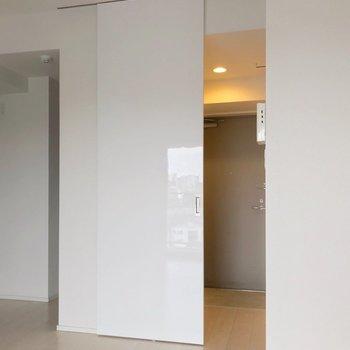 玄関と居室は、このツヤツヤした扉で仕切れますよ。(※写真は7階の同間取り別部屋のものです)