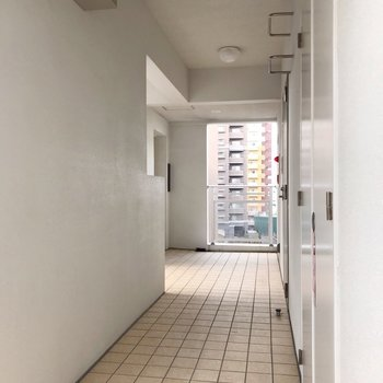 共用廊下も明るい雰囲気。エレベータを降りて1番手前のお部屋です。