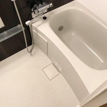 サーモ水栓に追焚機能付き。隙間が少ないのでお手入れも簡単です。(※写真は7階の同間取り別部屋のものです)