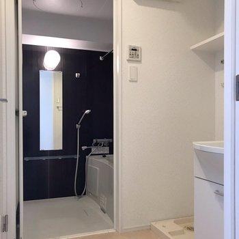 手前は脱衣所でした。お風呂には浴室乾燥も付いていますよ!(※写真は7階の同間取り別部屋のものです)