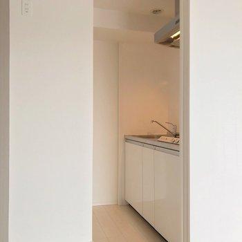 キッチンの入口に布を付けても良さそう。冷蔵庫は柱の前に置けますよ。(※写真は7階の同間取り別部屋のものです)