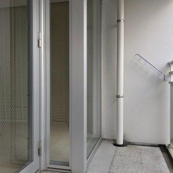 バルコニーは少しコンパクトなので、お洗濯はこまめにしたいな。(※写真は7階の同間取り別部屋のものです)
