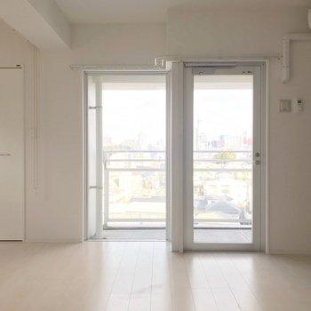 白い内装はどんな家具とも相性が良いんです。清潔感たっぷり!(※写真は7階の同間取り別部屋のものです)