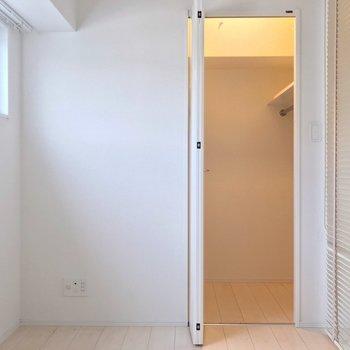 6.2帖の洋室には大きなベッドも入ります。ウォークインクローゼット付きです。(※写真は7階の同間取り別部屋のものです)