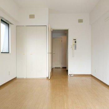 扉や床がほんのりカントリーテイスト。(※写真は7階の同間取り角部屋のものです)