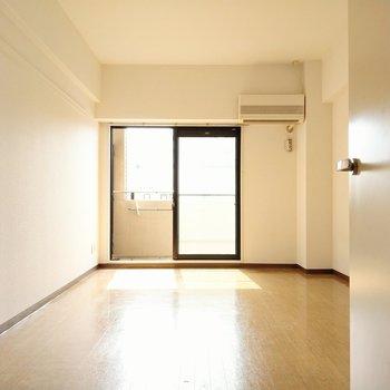 広々10帖の洋室。ベッドにソファーも置けますよ。(※写真は7階の同間取り角部屋のものです)