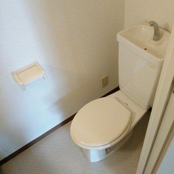 トイレはシンプル、と思いきや・・・!(※写真は7階の同間取り角部屋のものです)