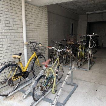 正面玄関の横に自転車置き場があります。