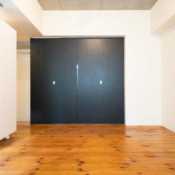 黒い扉を開けると向こう側にキッチンがあります。