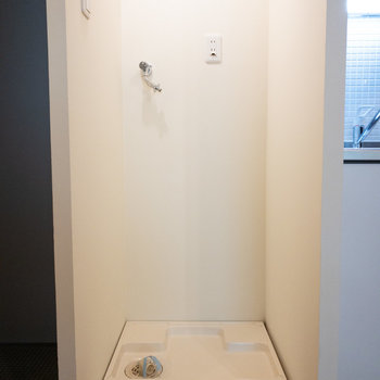 キッチンの横に洗濯機置き場があるので、扉で隠せますよ!