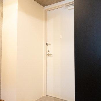 扉をずらせば玄関も隠せますよ!