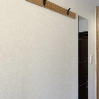 廊下にはコートなどを掛けるフックや姿見が付いているので便利です◎