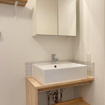 このこだわり造作洗面台がとってもかわいい!鏡が収納になっているのもうれしいですね。