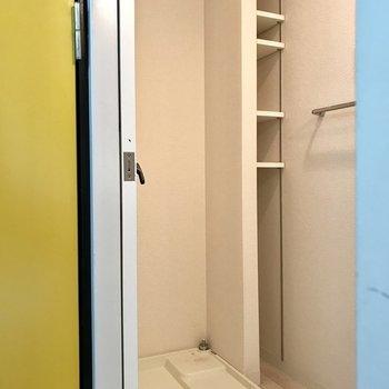 キッチン前がサニタリー。棚には洗剤やタオルを!(※写真は3階の同間取り別部屋、清掃前のものです)