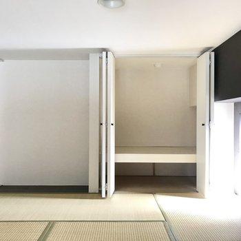 和食のときはここで食事したり。収納もありますよ!(※写真は3階の同間取り別部屋、実際に小窓はありません)