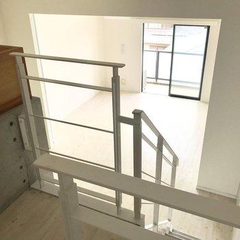 玄関からキッチンを通り、階段を降りましょう(※写真は3階の同間取り別部屋のものです)